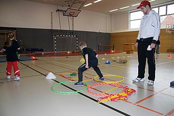 Übung macht den Meister, wer Tennis spielen möchte als Erwachsener, fängt schon als Kind an.